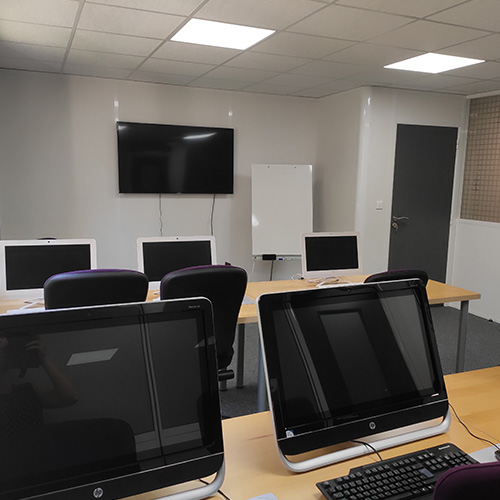 salle informatique pour nos cours sur autocad, catia, photoshop, in design, word, access, powerpoint, outlook, excel ou gmail.